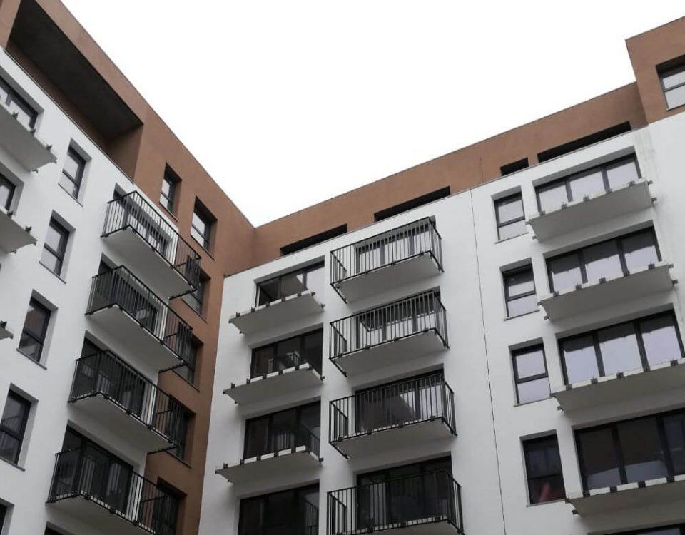 Balustrady balkonowe z wypełnieniem cembritowym oraz szczeblinkowym